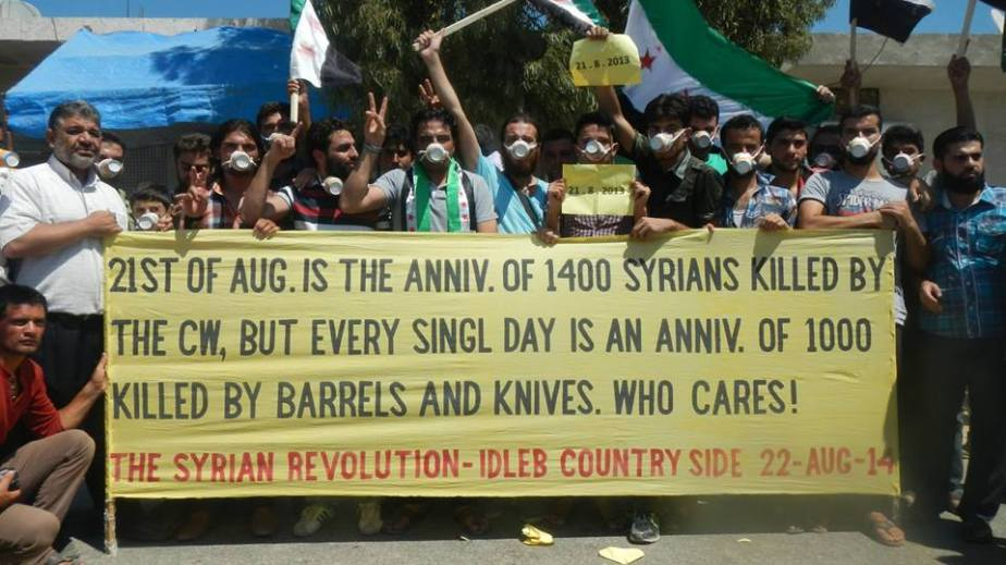 """""""21 de Agosto es el aniversario de 1400 Sirios asesinados por armas químicas, pero cada día es el aniversario de miles asesinados por barriles y cuchillos. ¡A quién le importa!"""" La Revolución Siria, campiña de Idlib agosto 22, 2014"""